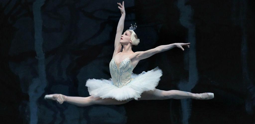 来自莫斯科大剧院芭蕾舞团、法国巴黎歌剧院芭蕾舞团、美国芭蕾舞剧院、德国巴伐利亚慕尼黑国家芭蕾舞团等世界名团的众多首席演员,在刚刚过去的周末欢聚在天桥剧场,一台芭蕾GALA的精彩演出为第二届中国国际芭蕾舞演出季拉开了帷幕。从上个周末到12月份,在天桥剧场,俄罗斯明星芭蕾舞团、德国汉堡青年芭蕾舞团、加拿大蒙特利尔爵士芭蕾舞团、南非乌亚尼舞蹈团,以及中央芭蕾舞团、上海芭蕾舞团、广州芭蕾舞团、北京当代芭蕾舞团等将为观众奉献众多佳作。 自2013年首届中国国际芭蕾舞演出季大获成功后,演出季组委会便坚定信心,把这一长