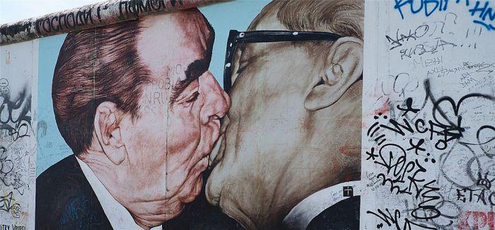 柏林当局将建钢围栏保护柏林墙东边画廊