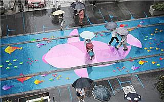 路面上的五彩涂鸦 但你只能在雨天看到