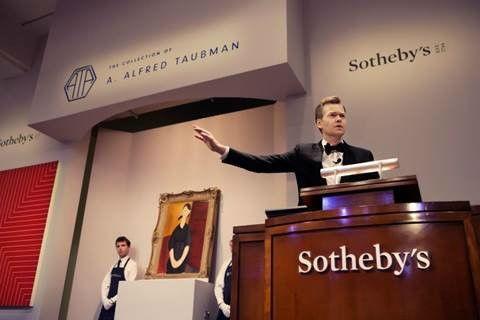 苏富比欧洲副主席奥利弗·巴克在11月4日晚间为前总裁陶博曼的藏品专场拍卖开场 图片:Courtesy of Sotheby's