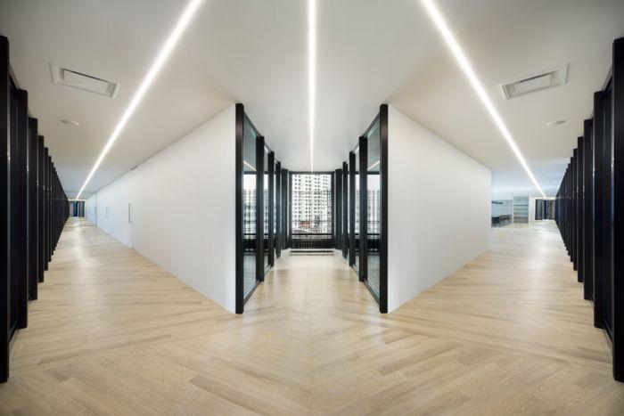 浅色木地板则柔化了整个空间的僵硬感