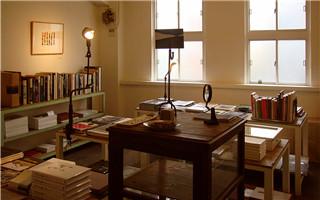 他开了家世界上最小但是最赚钱的书店 只卖一本书