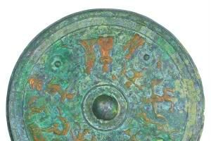 藏家收藏疑汉朝铜镜 背面雕杂技动作