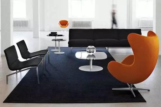 1958年,雅各布森为哥本哈根皇家酒店的大厅以及接待区设计了这个蛋椅
