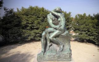 真爱看似美满却充满艰辛:雕塑《吻》背后惊人的故事
