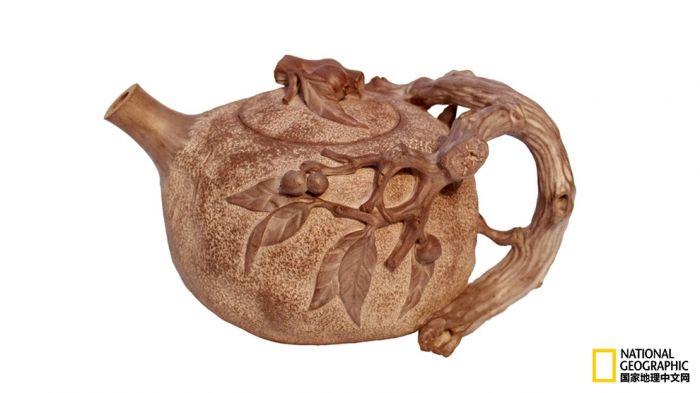 石雕作品:喜梅迎春壶 唐伯虎有诗:桃花仙人种桃树,又摘桃花换酒钱。这种惬意的生活,在葛志文身上体现得淋漓尽,现在,他一年最多只做十余只石壶,少部分拿出去拍卖,最好的都留给自己的艺术馆收藏和朋友欣赏把玩。