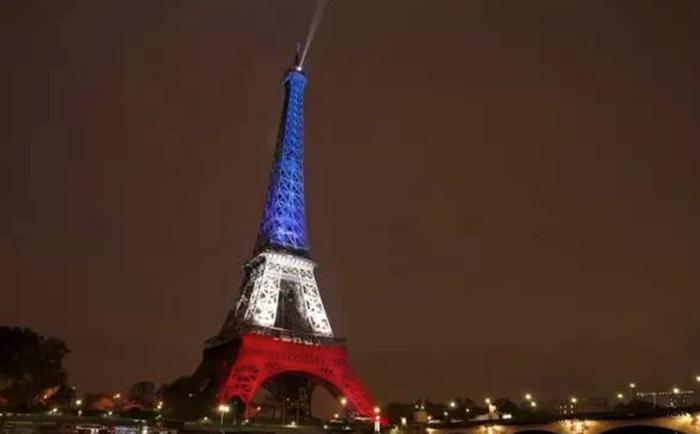 亮起国旗色的巴黎埃菲尔铁塔
