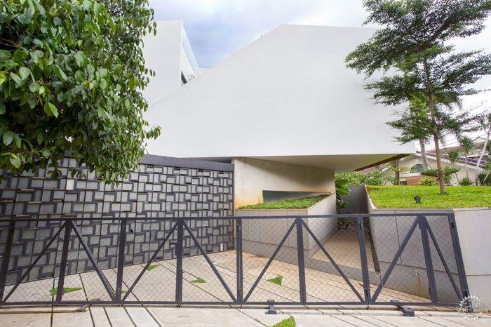 在三楼,我们设计了屋顶花园,充当额外的开放区域,用于户外活动和家庭