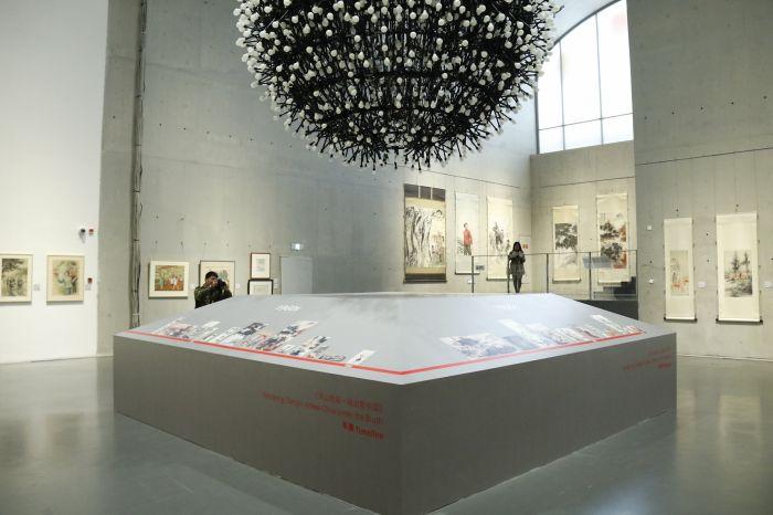 图片二:大气磅礴的展厅中央