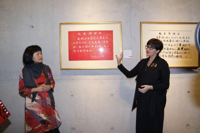 图片四:毛岱康女士与郭彤女士共同讲解此次展览