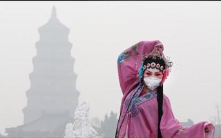 雾霾浓重 西安秦腔演员行为艺术呼吁环保