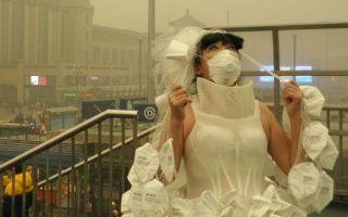 艺术家穿口罩婚纱亮相雾霾天 呼吁绿色出行