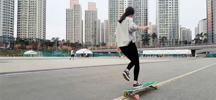 绝对著迷的轻松自在 Hyojoo的滑板舞蹈
