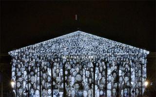 无声胜有声:艺术家向国民议会厅投影静默抗议气候变化大会