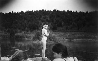 给女儿拍裸照 她被世界嘲讽了20余年