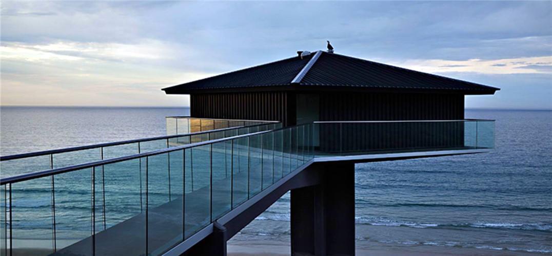 高级酒店好像已经不能满足那些追求新奇度假体验的人的胃口了! 挂在悬崖边上的房子,你敢住吗? 从澳大利亚风景如画的海滩,到苏格兰崎岖的海岸线,这些最令人惊讶的悬崖房子可供你一个奇特的假期。  The Pole House,澳大利亚 作为澳大利亚最具拍摄价值的风景之一,这间小屋在经过长达五年的精心改造之后,最近再次向游人开放啦。  由F2建筑室设计的The Pole House可以让你一整天都沐浴在漂亮的海景中,既心惊又充满刺激。  The Pole House距离沙滩足足高了40米,相当于10层楼的高度,往