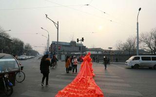 北京首发雾霾红色预警 雾霾行为艺术再现京城