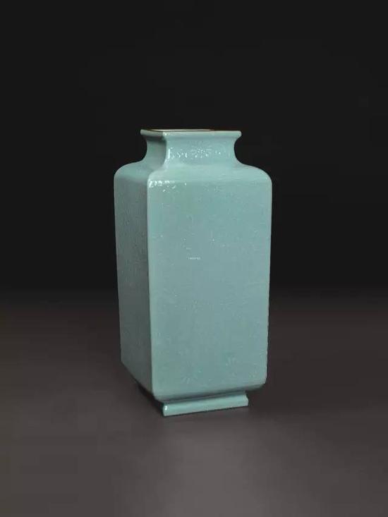 lot 1551 乾隆 松绿釉印花双龙捧寿四方尊  长39cm  估价:4,500,000-5,500,000