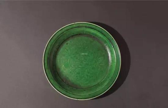 lot 1428 明以前 定窑绿釉天禄纹折沿盘 直径22.5cm  估价:5,000,000-6,000,000