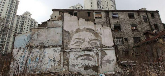 这位街头艺术家 专搞墙面破坏