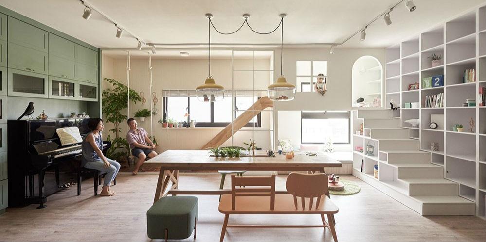 由专筑网罗晓茜,Vigo编译 自然的空间——一个适用于所有的家庭的创造性游乐园。 如今人们忙碌的生活方式,使得与其他家庭成员相处的时间比以往任何时候都变得更加珍贵。石先生和夫人希望在他们的新家装修设计时,会有一个自然的、开放的感觉,为他们的孩子在进行创意活动时提供灵感,同时让家庭成员关系更加紧密。大多数家庭住宅的布局都是将最好的空间用于客厅或休息室,石先生夫妇和室内设计师Ivan共同想出了一个可选择的方法。 © Hey!