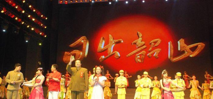 """上海""""大歌舞""""是怎么成为《东方红》的"""