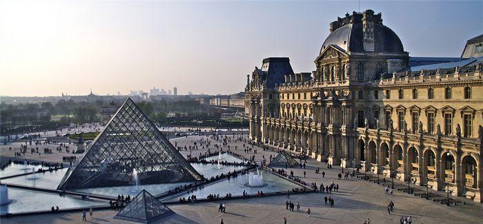 巴黎气候峰会尾声 艺术家卢浮宫上演戏剧性抗议