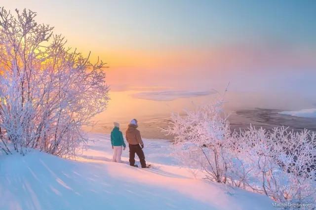 lodge),你会被淡蓝色的天空和远方银装素裹的雪景所吸引.