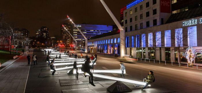 在蒙特利尔 浪漫的人们在广场上建起30座会发光的跷跷板