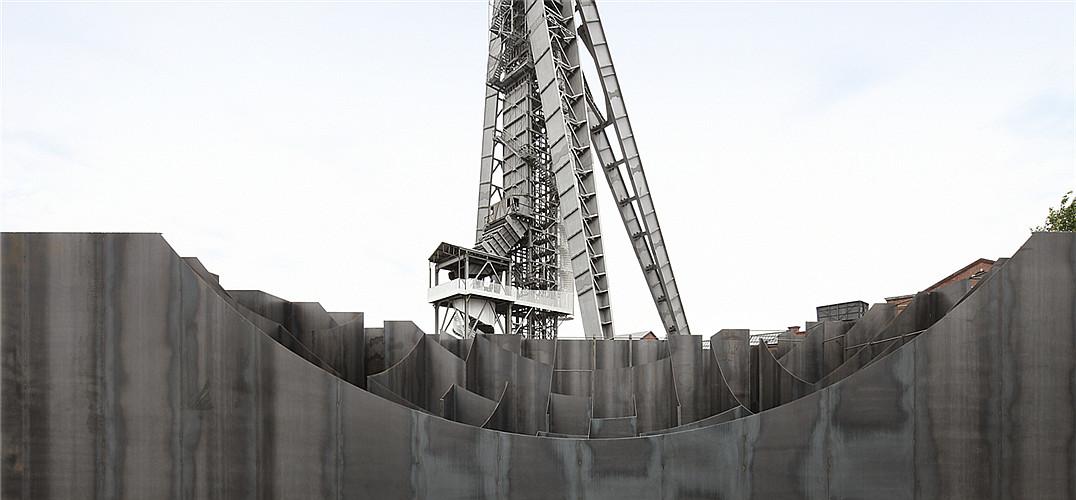 """Gijs Van Vaerenbergh事务所(一个由建筑师PieterjanGijs和Arnout Van Vaerenbergh组成的设计联盟)在比利时根克的c-mine艺术中心的广场上设置了一个迷宫一样的雕塑装置。这个装置的尝试来自于艺术家们对基础建筑类型学的兴趣和研究;他们早期的装置主要是以城门、桥、墙和拱顶这些结构为基础,但是在这次尝试中,他们使用""""古老""""形式的迷宫结构来探索人们在墙和空洞组合体间的空间体验。  © Filip Dujardin 设计师将5毫米厚"""