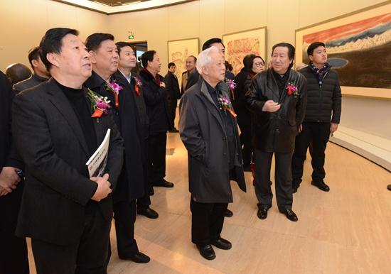 杨晓阳院长陪同到场领导观看展览
