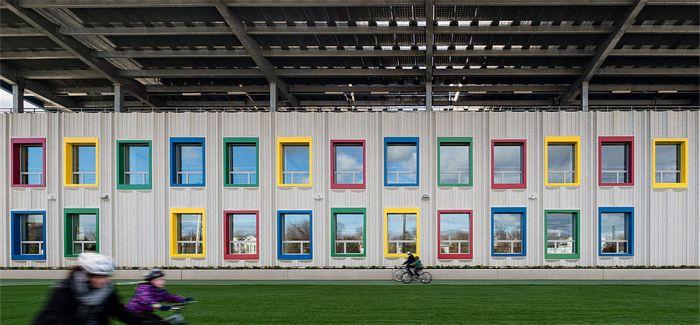 纽约首家零能耗公立学校 是个有彩色窗户的混凝土建筑
