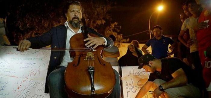 他在汽车炸弹袭击的废墟上用大提琴对抗IS