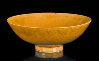 在英国古玩市场淘到康熙黄釉暗刻莲纹碗