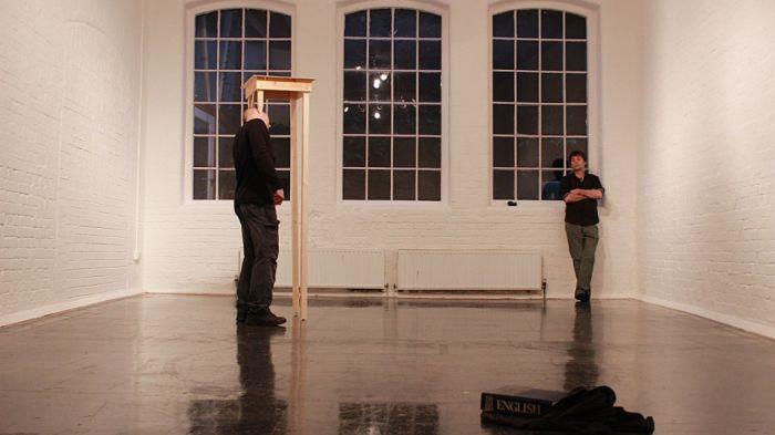 2012年11月24日周六上午10点到下午6点在英国埃克塞特的Spacex Gallery进行8小时的表演《无题》。(图片和视频来自Patrick Cullum)