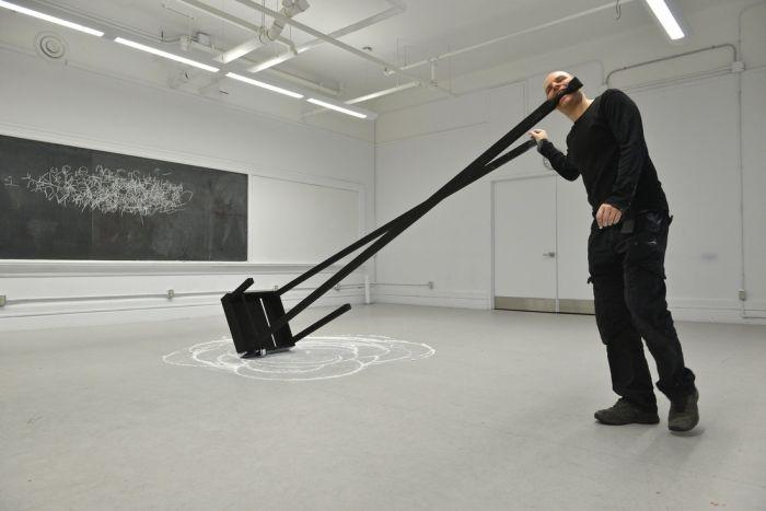 """2014年10月30日周四下午4点至晚上10点,在加拿大多伦多""""7a*11d国际表演艺术节""""进行6小时的表演《无题》。(图片来自Henry Chan)"""