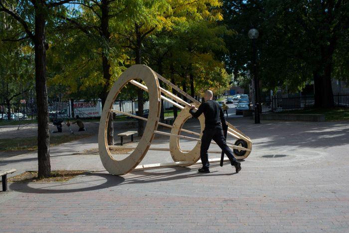 """2015年10月8日周四下午12点至3点,在加拿大蒙特利尔""""VIVA!""""行为艺术节(蒙特利尔St-Henri;Rousselot公园)进行三个小时的表演《无题》。"""
