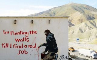 街头艺人用涂鸦抢占伊朗城墙:纪录片《让色彩哗变》