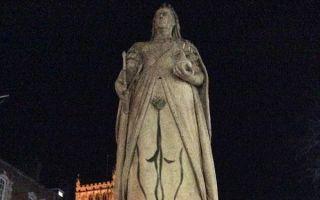 英女艺术家在女王雕像上涂鸦裸腿和阴毛