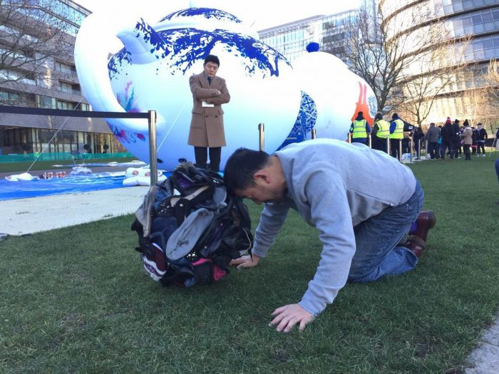 英国华人艺术协会会长奚建军正在进行行为艺术创作3