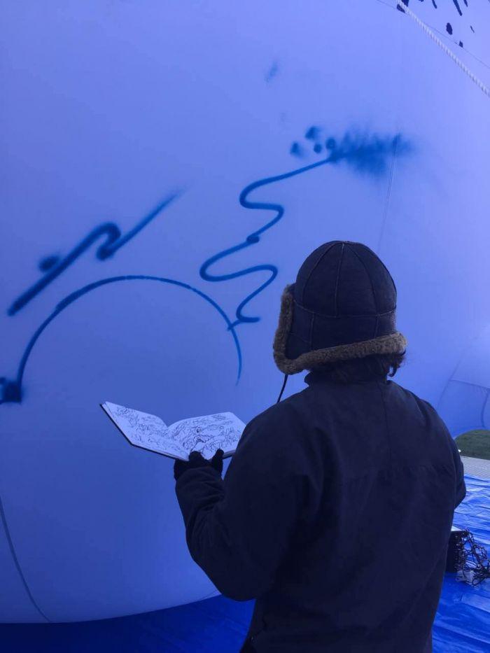 英国新锐艺术家Paris正在进行创作