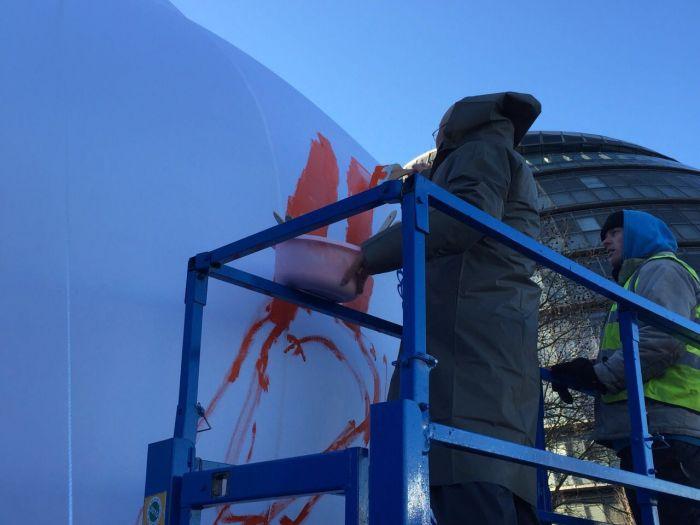 艺术家冷冰川正在进行创作