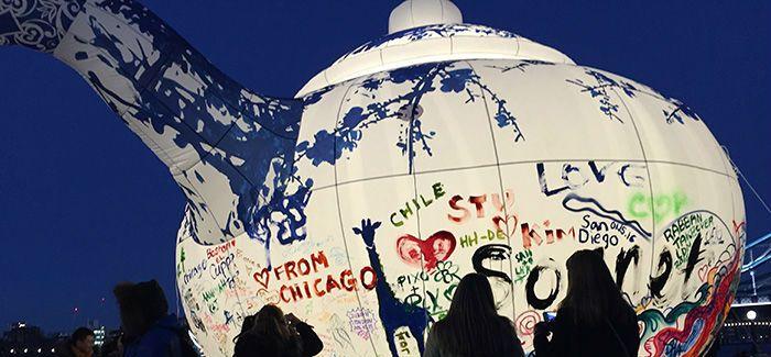 """中英文化交流年收官之作巨型涂鸦装置""""大茶壶""""高调亮相泰晤士河畔"""