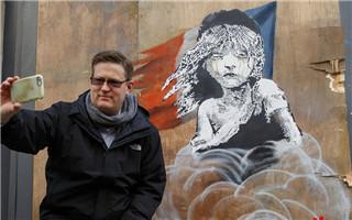 英涂鸦大师班克西新作展现法警察驱散移民遭遮盖