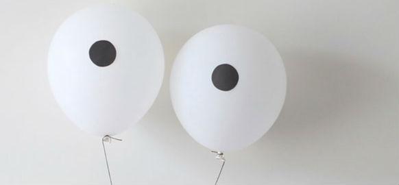 艺术家使用气球营造的日常极简主义场景