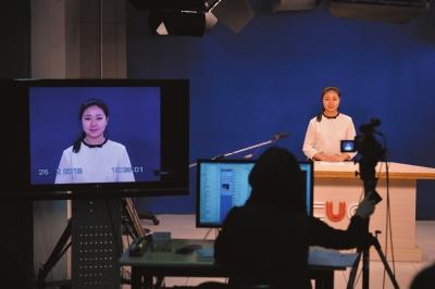 报考中国传媒大学的一名女生正在参加考试。右图:报考播音与主持艺术的艺考生正在备考。赵思衡摄