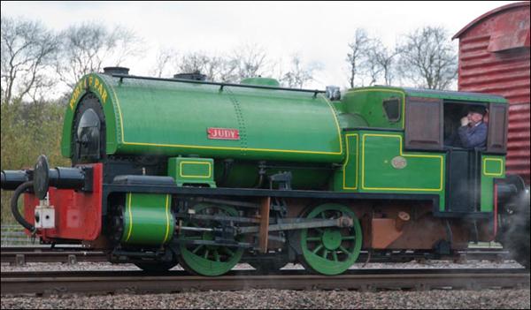 """阿尔弗莱德(上),朱蒂(下) 此外,还有无限种可能 奥德瑞牧师热爱各种大大小小的铁路。英国境内所有的线路、铁路桥、火车站和火车头都有可能成为故事的灵感来源。 如果你在观看""""托马斯和他的朋友们""""时,其中一幕铁路景象让你回想起曾到过的英国某处,那么很可能奥德瑞牧师当年也曾坐着火车途径那里。 奥德瑞牧师从小在威尔特郡的博克斯长大,附近大西部铁路线上的火车络绎不绝,它们爬坡时发出一声长亮的鸣笛,也许就是这种声音让奥德瑞牧师想到了""""我可以做到,我能做到…&hell"""