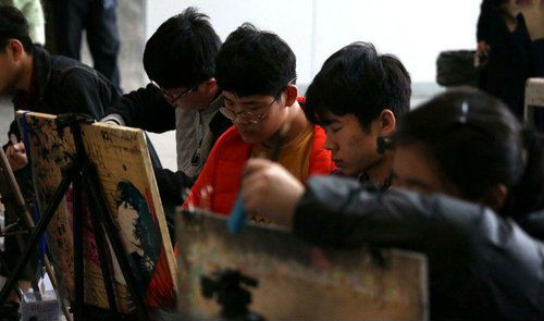 山东艺考校考第一天 残疾考生用脚作画
