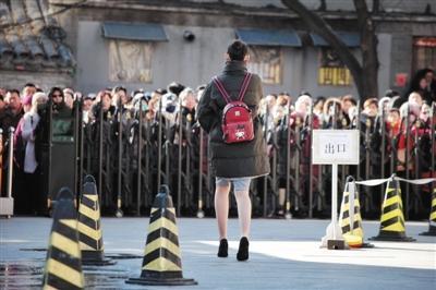 最难艺考拉开大幕 女考生寒风中光腿迎战(图)