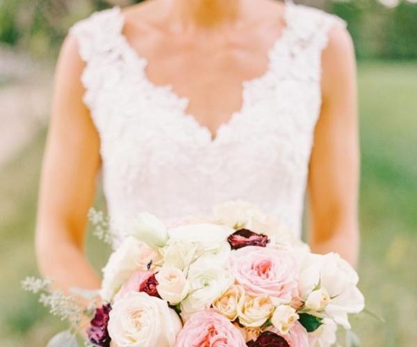 随着2016年的开始,你也要为那些你即将参加的大大小小的婚礼预留出日期,我们不禁好奇,今年的婚礼趋势是什么呢?婚礼专家 Mindy Weiss 今天就来告诉我们她对2016年婚礼趋势的预测。不管你的身份是一位来宾,一位伴娘,甚至是新娘本身,今年的婚礼都很值得期待。从如何从名人的婚礼中获得灵感,到如何带家中的小狗参加婚礼,以下的2016年婚礼大趋势都可以为你解答。 1.